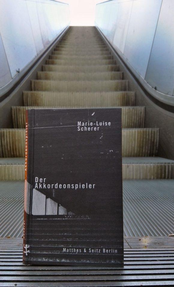 """Marie Luise Scherers Roman """"Der Akkordeonspieler"""" für pinkmitglitzer.de inszeniert."""